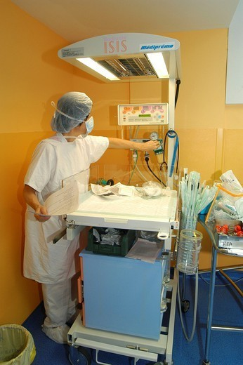 NEONATOLOGY. NEONATOLOGY Antony private Hospital, France. Maternity service. Operating room. Resuscitation table for newborn baby. : Stock Photo