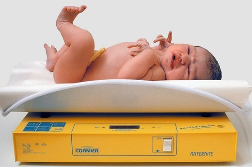 WEIGHT, NEWBORN BABY. Model. Lilas maternity hospital, France. Newborn weigh_in. : Stock Photo
