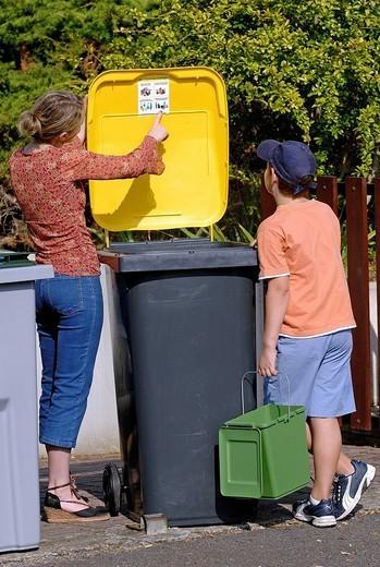 Stock Photo: 824-91528 ECOFRIENDLY GESTURE. ECOFRIENDLY GESTURE Models. Trash sorting trash reserved for packaging.