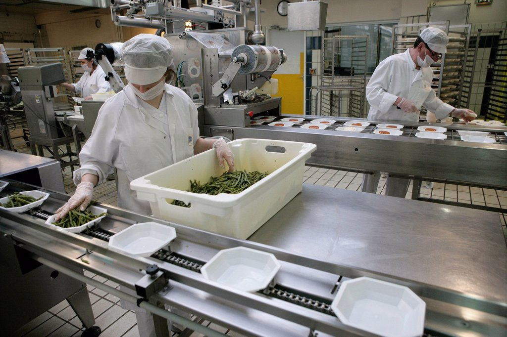Stock Photo: 824-92345 KITCHEN HOSPITAL. Production line of meals for Rouen hospitals, France.