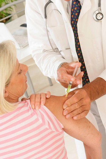 Stock Photo: 824-93933 VACCINATING AN ELDERLY PERSON. VACCINATING AN ELDERLY PERSON Models.