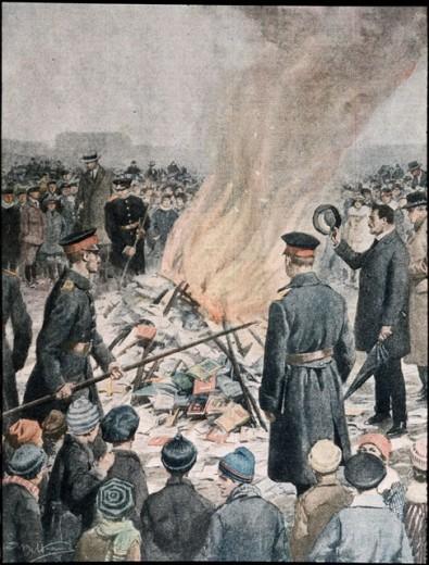 Book Burning - Berlin 1920 1920 Beltrame, Achille(- ) Illustration La Domenica del Corriere, Italy  : Stock Photo