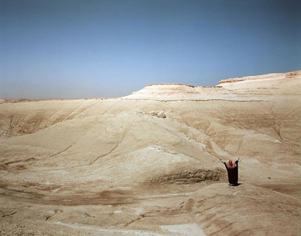 Stock Photo: 903-687 Saudi Arabia, man standing in desert