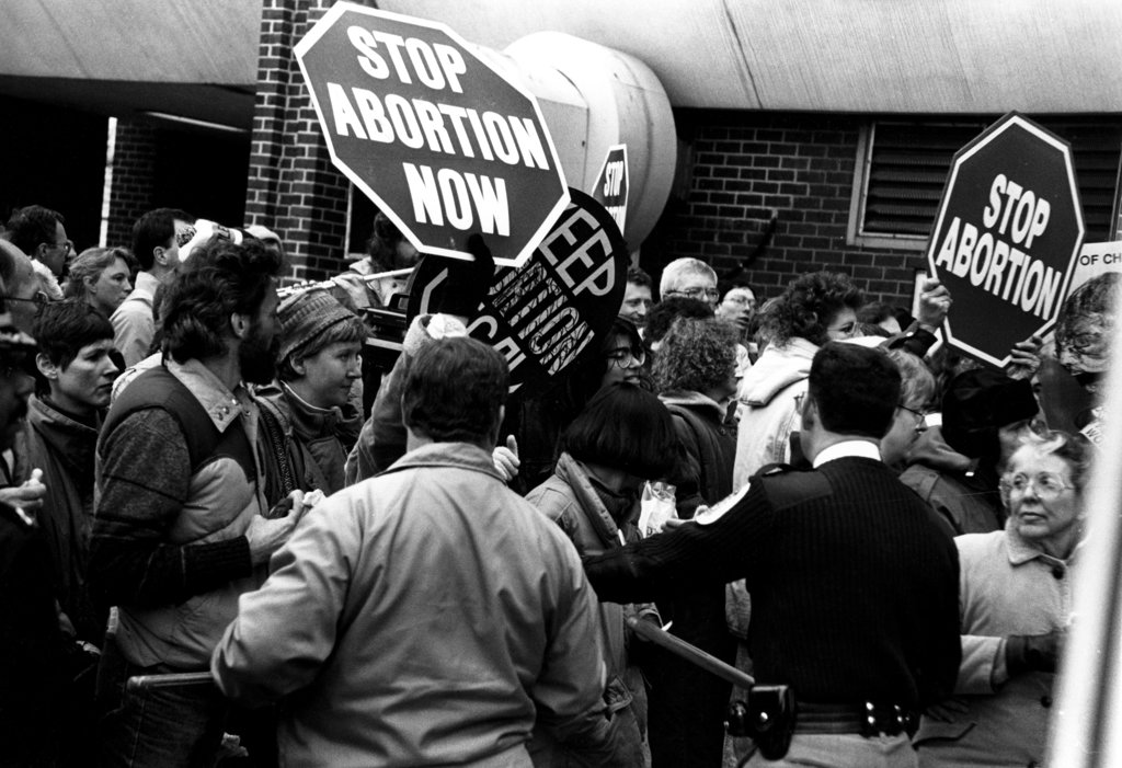 USA, Maryland, Suitland, Anti-Abortion Demonstrators at Abortion Clinic : Stock Photo